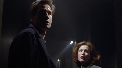 Iconic Mulder/Scully pose!